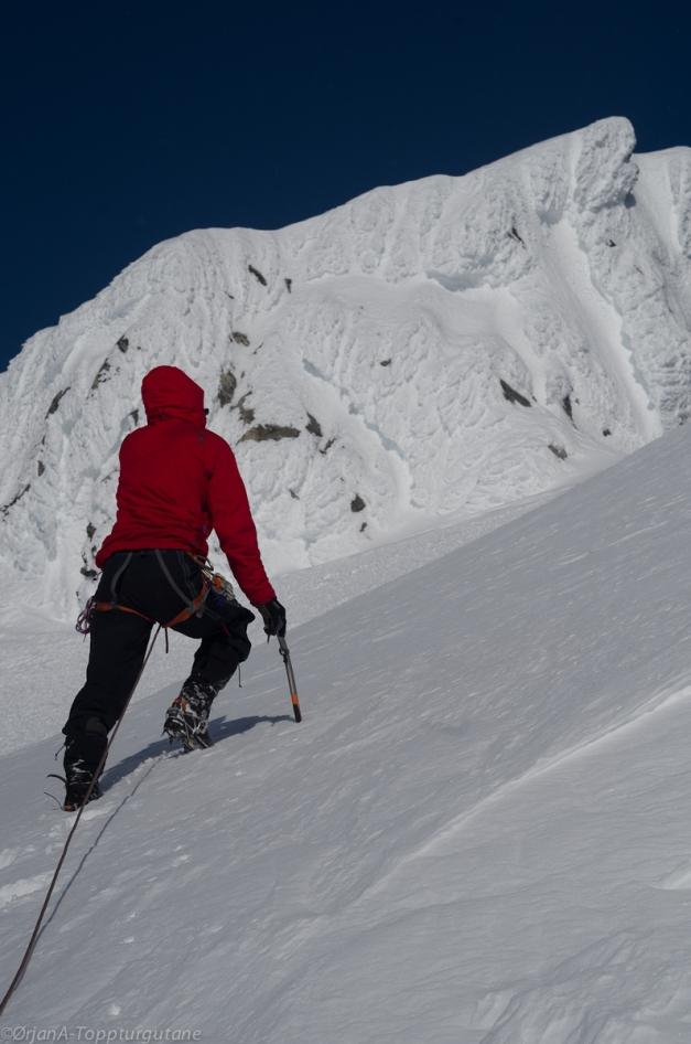 Eirik ledar opp mot toppen av Lodaskåpa